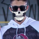 Jovem máscarado